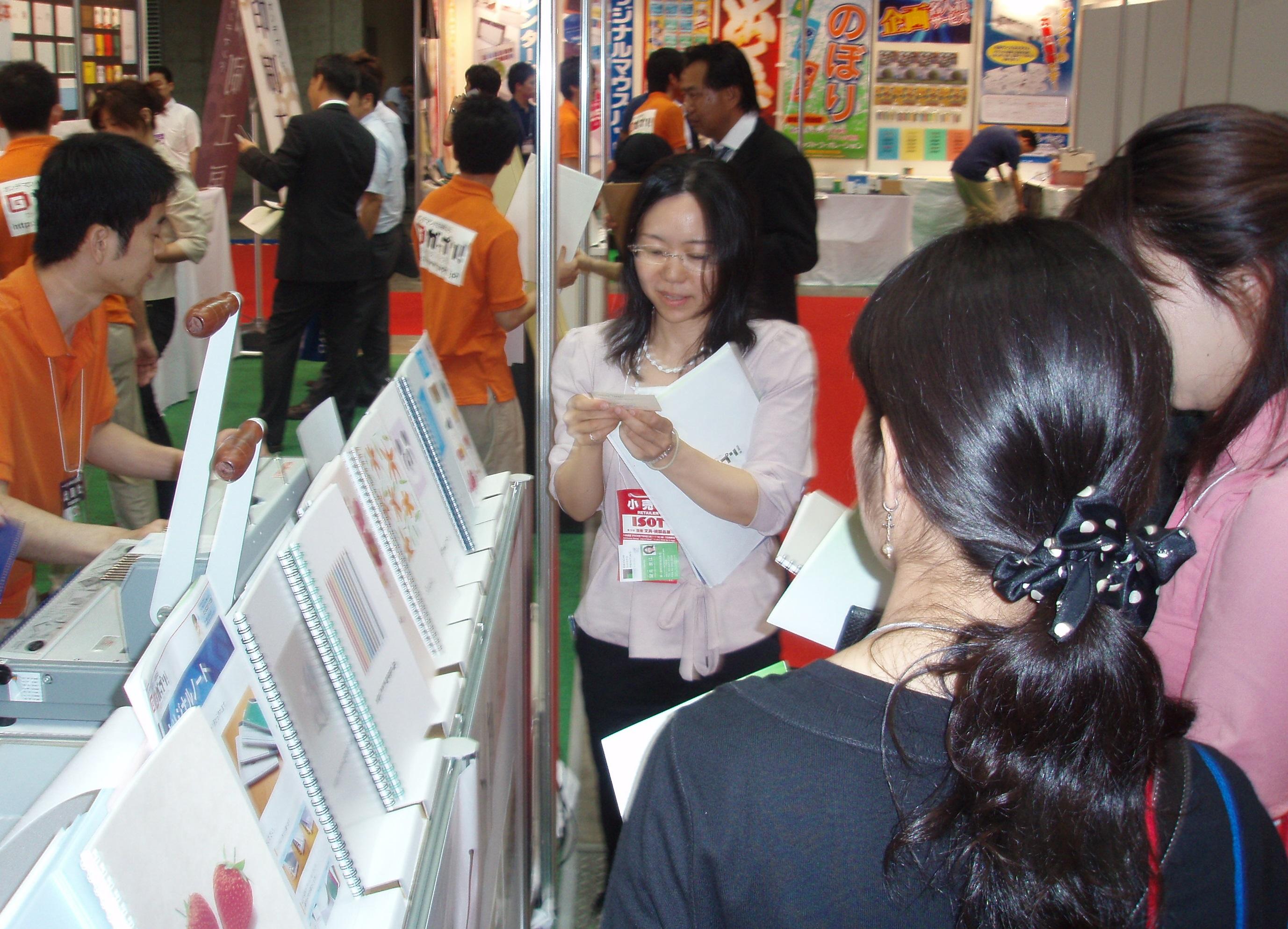 ISOT(国際 文具・紙製品展)2008に出展し オリジナルノート製作のデモンストレーションを行いました